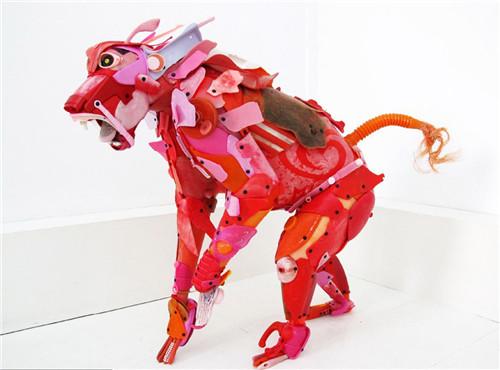 极度震撼!艺术家用海洋垃圾制作动物雕塑
