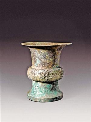 """▲""""上海考古大展""""展出的青铜棘刺纹尊。(主办方供图)"""