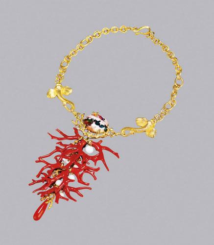 此外,彩色钻石,鸽血红等贵重宝石镶嵌的戒指,珊瑚枝项链,碧玺项链等耀