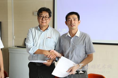 福建师范大学美术学院院长李豫闽先生(左)与张雄艺术文化有限公司董事长张雄先生(右)成功签约
