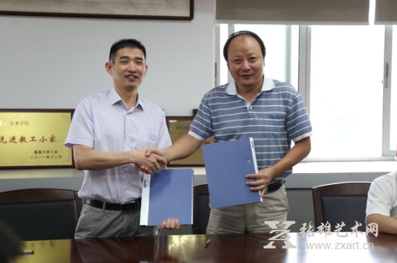 张雄艺术文化有限公司董事长张雄(左)与集美大学美术学院院长赵胜利先生(右)成功签约